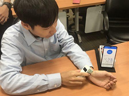赵昌博团队示范操作手持式侵入式AI血流感测系统,每次测量仅费时10秒,可连续监测。