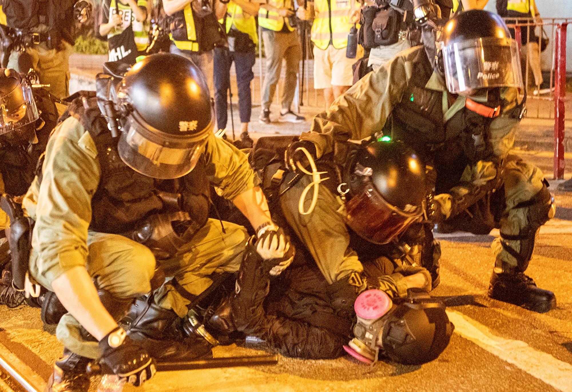 9月29日,遊行隊伍經過灣仔遭遇警方武力清場,有抗爭者被拘捕。(余鋼/大紀元)