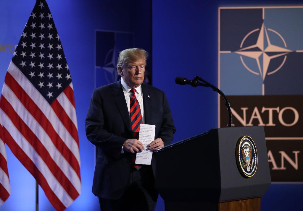 美國總統特朗普2018年在北約峰會第二天的新聞發佈會上準備對媒體發表講話。(Sean Gallup/Getty Images)
