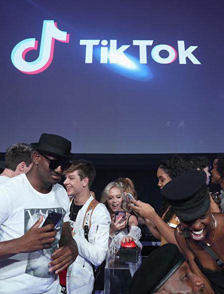 Tiktok專注於年輕人音樂創作短影片App,但美國立法者和國家安全專家質疑其是否獨立於中共政府的審查之外。(Joe Scarnici/Getty Images)