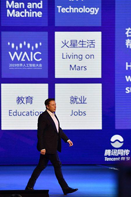 上海新開發的自貿區試圖以發展AI人工智能、區塊鏈、大數據等數字經濟,吸引相關科技產業進駐。圖為今年8月於上海舉辦的人工智能大會。(HECTOR RETAMAL/AFP via Getty Images)