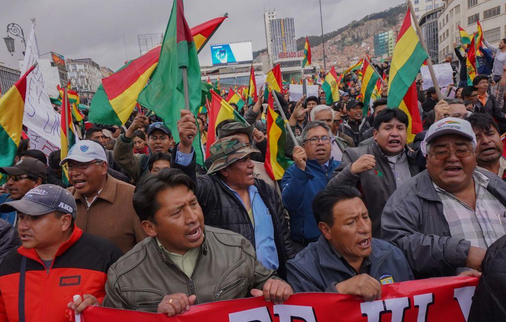 2019年10月24日,數百名玻利維亞民眾上街,抗議莫拉萊斯當選。(Javier Mamani/Getty Images)