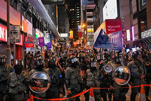 2019年10月31日晚是港府「禁蒙面」惡法實施以來首個萬聖節,香港民眾在中環蘭桂坊發起戴面具行動。沿路有大批防暴警察戒備。(孫明國/大紀元)