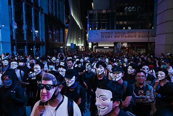 2019年10月31日晚是港府「禁蒙面」惡法實施以來首個萬聖節,香港民眾在中環蘭桂坊發起戴面具行動。(Billy H.C. Kwok/Getty Images)