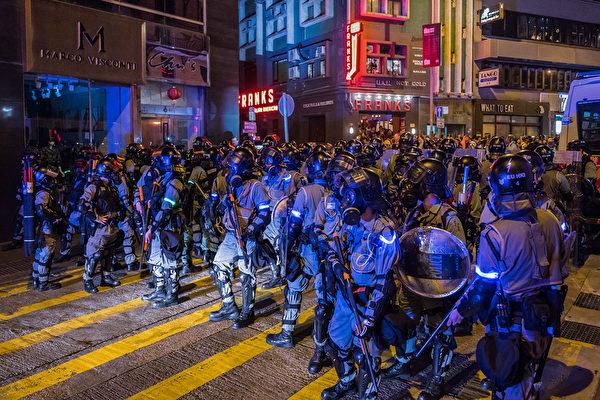 2019年10月31日晚是港府「禁蒙面」惡法實施以來首個萬聖節,香港民眾在中環蘭桂坊發起戴面具行動。沿路有大批防暴警察戒備。(Billy H.C. Kwok/Getty Images)
