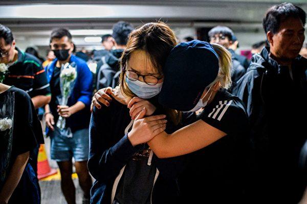 11月8日香港學生和民眾在悼念周梓樂。(ANTHONY WALLACE/AFP via Getty Images)