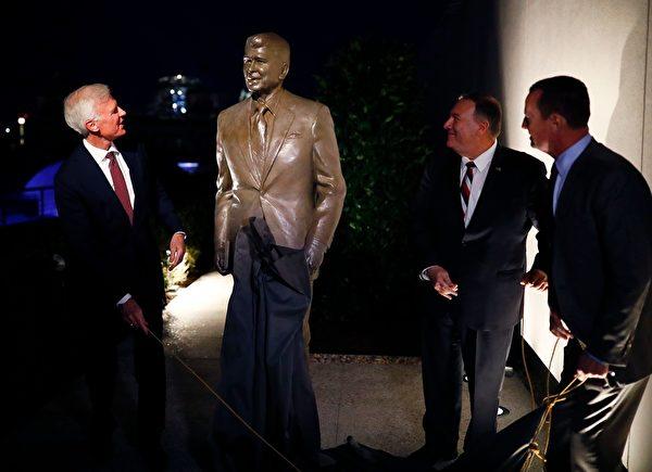 在柏林的列根總統的新雕像。(HANNIBAL HANSCHKE/POOL/AFP via Getty Images)