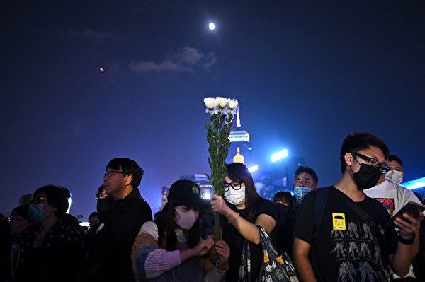 2019年11月9日,港人舉行「『主佑義士』全港祈禱及追思會」悼念周梓樂。(PHILIP FONG/AFP via Getty Images)
