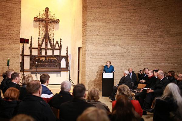 默克爾在和解教堂發表講話,她呼籲捍衛歐洲的基礎價值觀:自由、民主、平等、法治和尊重人權。 (Christian Marquardt – Pool/Getty Images)