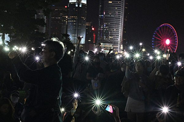 2019年11月9日,香港民眾在金鐘添馬公園舉行「主佑義士」全港祈禱及追思會。民眾舉起手機,並打開自帶燈,現場一片光海。(HILIP FONG/AFP via Getty Images)
