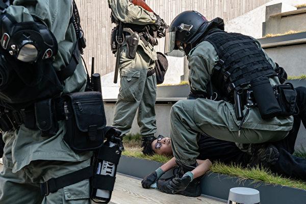 11月10日,香港警方抓捕抗议者。(Anthony Kwan/Getty Images)