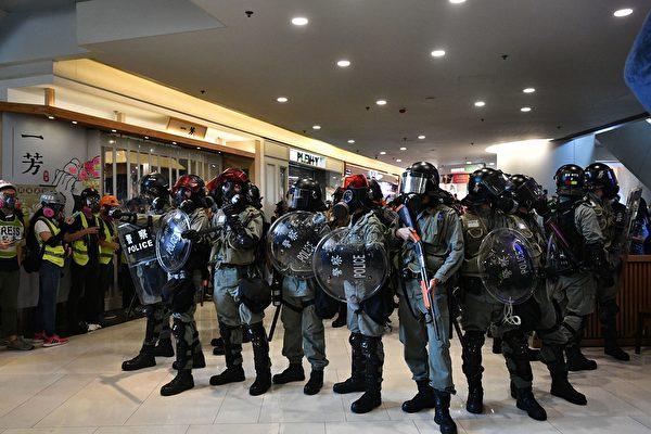 11月10日,香港警方在荃湾荃新天地驱赶民众。(ANTHONY WALLACE/AFP via Getty Images)
