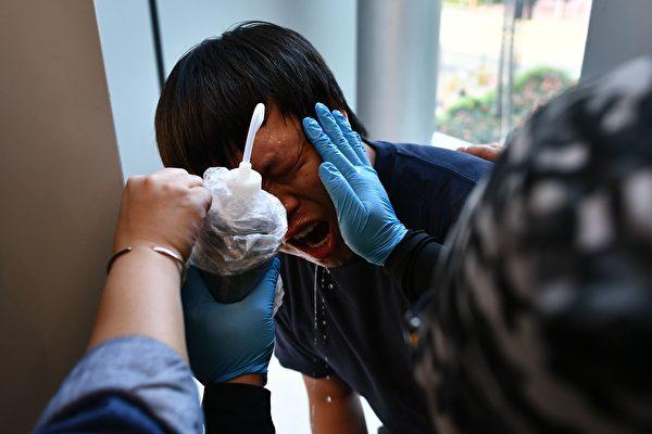 11月10日,香港警方在荃湾荃新天地向民众喷射胡椒喷雾。(ANTHONY WALLACE/AFP via Getty Images)