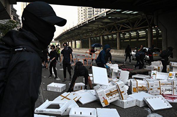 11月10日,抗议者在屯门设置路障。(PHILIP FONG/AFP via Getty Images)