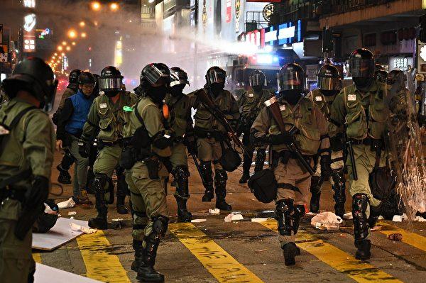 11月10日,防暴警察在旺角出动水炮车。(PHILIP FONG/AFP via Getty Images)