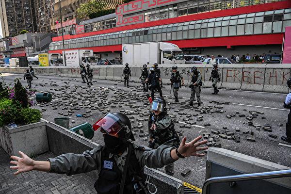 11月11日,黃大仙,抗議者扔磚頭做路障。圖為警方清除轉頭。(Billy H.C. Kwok/Getty Images)