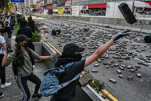 11月11日,黄大仙,抗议者扔砖头做路障。(Billy H.C. Kwok/Getty Images)
