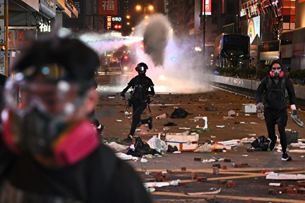 11月11日,防暴警察在旺角出動水炮車,發射催淚水劑。( PHILIP FONG/AFP via Getty Images))