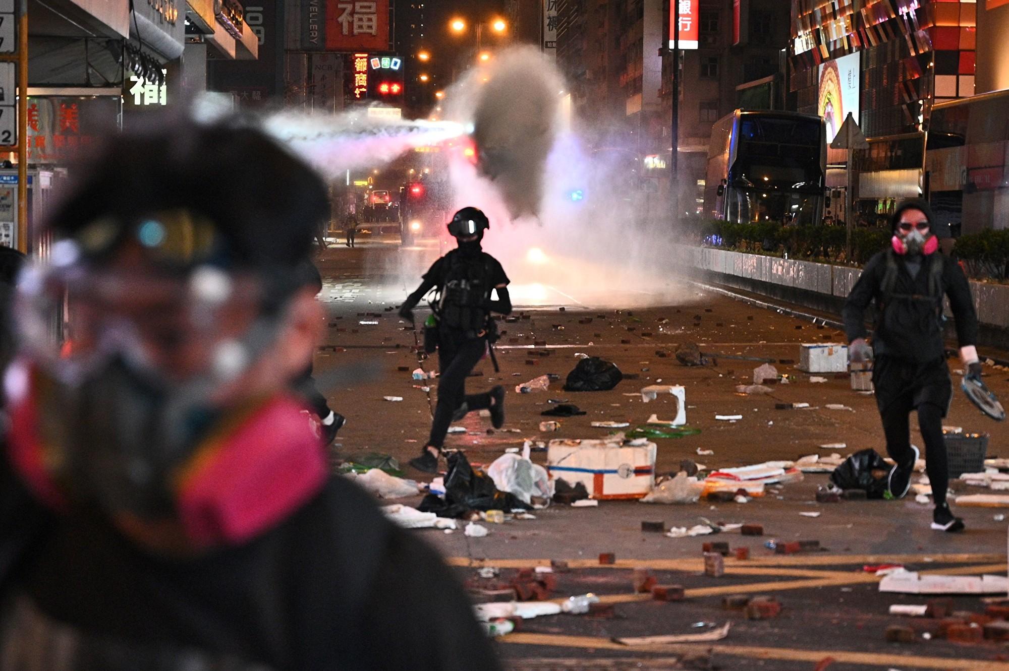 11月11日,防暴警察在旺角出動水炮車,發射白色水劑。(PHILIP FONG/AFP via Getty Images)