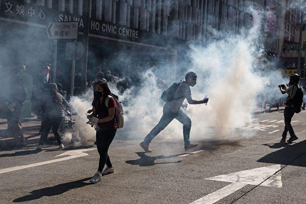 11月11日,港人三罷抗議,遭港警開槍,2人受傷。港警發射催淚彈驅散抗爭者,港人仍回催淚彈。 (DALE DE LA REY/AFP via Getty Images)