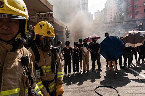 11月11日,港人三罷抗議,遭港警開槍,2人受傷。港警發射催淚彈驅散示威者。  (Anthony Kwan/Getty Images)
