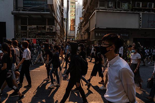 11月11日,港人三罷抗議,遭港警開槍,2人受傷。示威者與警察對峙。 (Anthony Kwan/Getty Images)