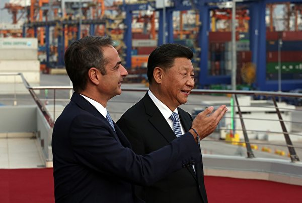 President of the Republic of China Xi Jinping (R) and Greek Prime Minister Kyriakos Mitsotakis visit the cargo terminal of Chinese company Cosco in the port of Piraeus, Greece, on November 11, 2019, as part of his two-day official visit to Greece. (Photo by ORESTIS PANAGIOTOU / POOL / AFP) (Photo by
