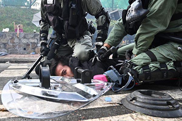 香港警开真枪驾电单车冲向人群