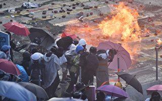 紅隧旺角警連發催淚彈 民眾用傘陣對抗裝甲車