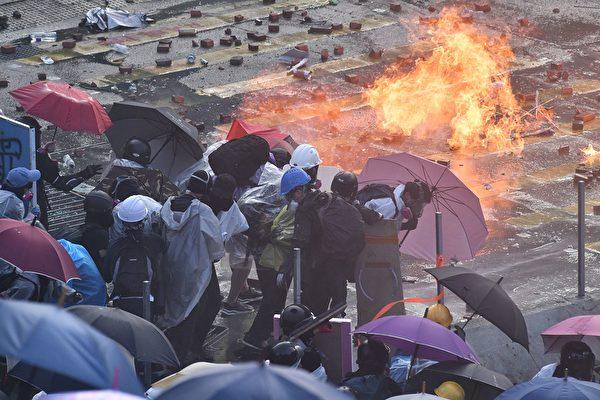 11月17日下午,警察在香港理工大學,瘋狂發射水炮車、催淚彈,同時出動裝甲車。(ANTHONY WALLACE/AFP via Getty Images)