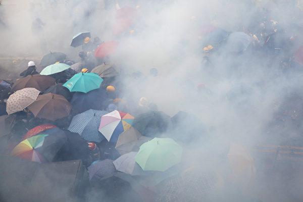 11月18日,被圍困在香港理工大學裏的抗議者嘗試突圍,但警方狂發催淚彈,或抓捕抗議者。(DALE DE LA REY/AFP via Getty Images)
