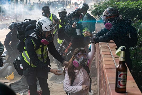 11月18日,被圍困在香港理工大學裏的抗議者嘗試突圍,但警方狂發催淚彈,或抓捕抗議者。(Anthony Kwan/Getty Images)