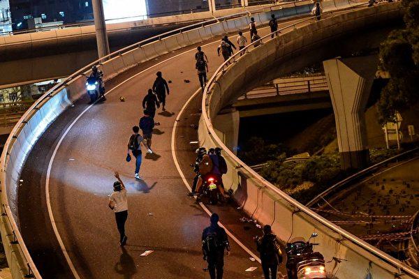 一批抗議者通過電單車逃生。(YE AUNG THU/AFP via Getty Images)