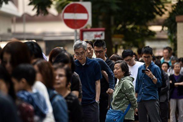很多票站大排長龍。(YE AUNG THU/AFP via Getty Images)