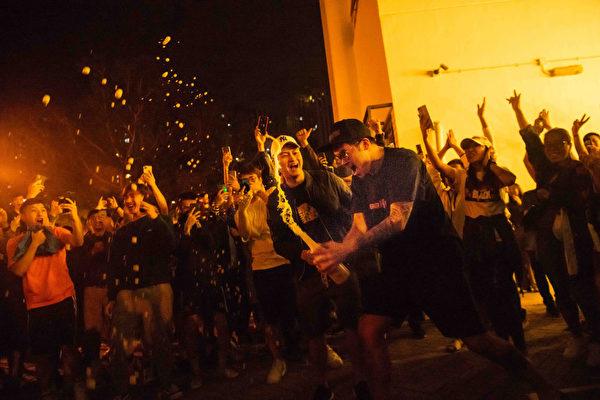 2019年11月24日何君堯以1200票之差大敗,民眾開香檳慶賀。(Billy H.C. Kwok/Getty Images)