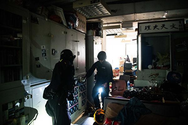11月28日,香港警方進入理大校園。(Billy H.C. Kwok/Getty Images)