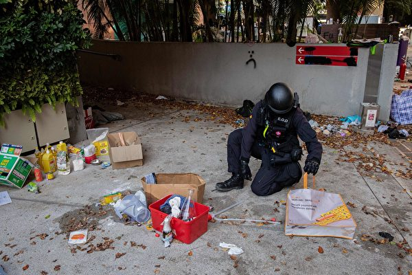 11月28日,香港警方進入理大校園。(NICOLAS ASFOURI/AFP via Getty Images)