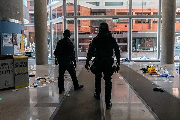 11月28日,香港警方進入理大校內。(Anthony Kwan/Getty Images)