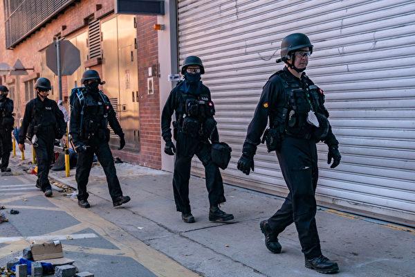 11月28日上午,香港警方進入理大校內。(Anthony Kwan/Getty Images)