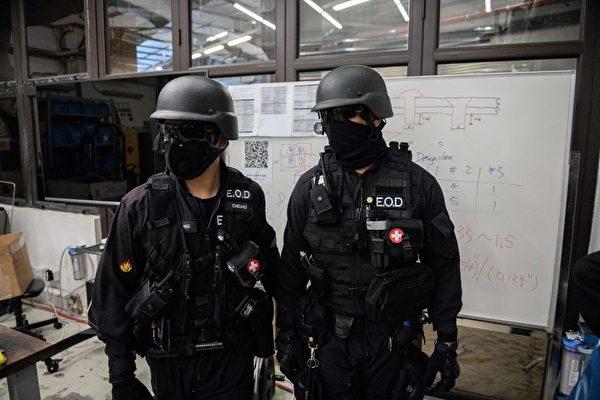 11月28日上午,香港警方進入理大校內。(NICOLAS ASFOURI/AFP via Getty Images)
