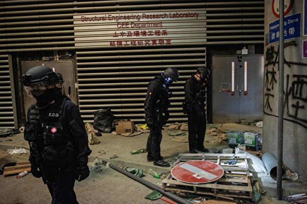 11月28日,香港警方進入理大校內。(NICOLAS ASFOURI/AFP via Getty Images)
