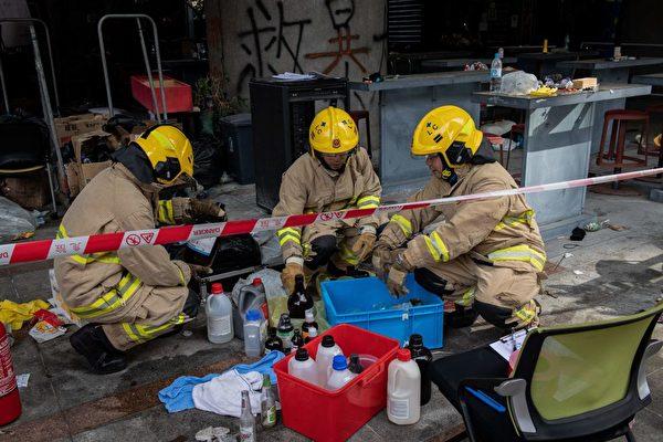 11月28日上午,香港消防進入理大校內。(NICOLAS ASFOURI/AFP via Getty Images)