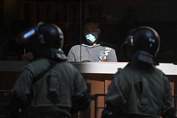 2019年11月29日,港人再發起「和你lunch」活動。圖為長沙灣現場,防暴警察在場戒備。(PHILIP FONG/AFP via Getty Images)