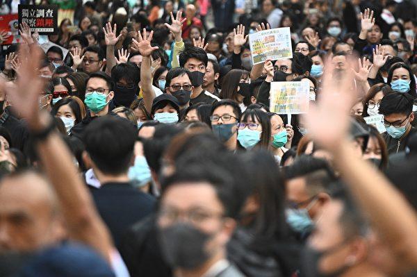 2019年11月29日,港人再發起「和你lunch」活動。圖為長沙灣現場,民眾高喊口號,伸出五指。(PHILIP FONG/AFP via Getty Images)