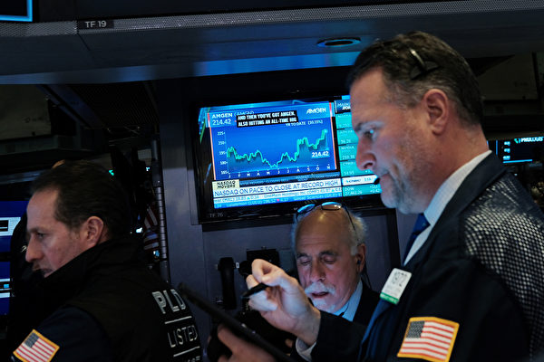 NEW YORK, NEW YORK - NOVEMBER 04: Traders work on the floor of the New York Stock Exchange (NYSE) on November 04, 2019 in New York City. U.S. stocks finished at records highs on Monday with the Dow Jones Industrial Average rising 114 points to close at a record high. (Photo by Spencer Platt/Getty Images)
