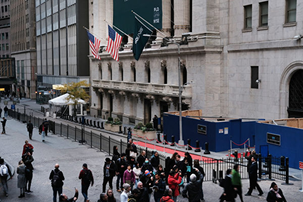 NEW YORK, NEW YORK - NOVEMBER 04: People walk by the New York Stock Exchange (NYSE) on November 04, 2019 in New York City. U.S. stocks finished at records highs on Monday with the Dow Jones Industrial Average rising 114 points to close at a record high. (Photo by Spencer Platt/Getty Images)