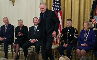 裘莉的父亲获川普颁奖 在白宫秀舞姿逗乐全场