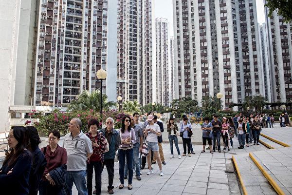 香港民眾11月24日當天井然有序地排隊投票,本屆區議會選舉投票率達71.2%,創下歷史新高。(Chris McGrath/Getty Images)