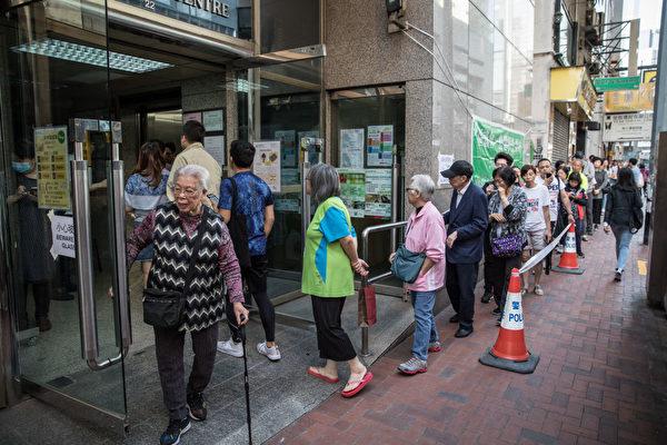 很多票站大排長龍。(Chris McGrath/Getty Images)