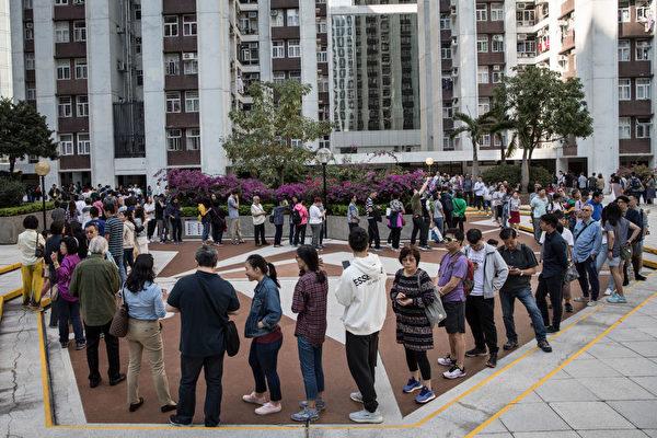 组图:香港区议会选举投票站大排长龙
